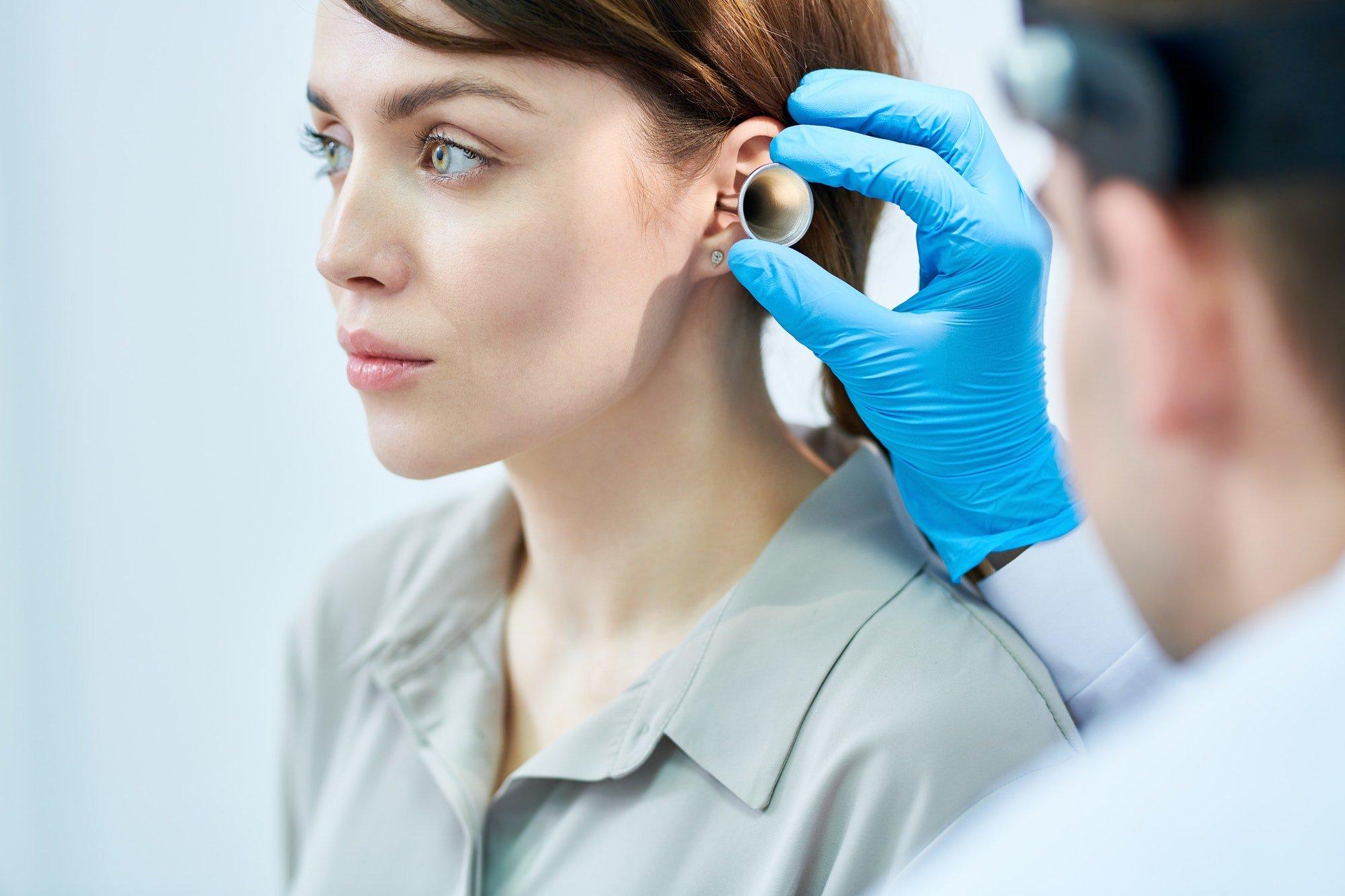Otorinolaringoiatra esamina orecchio di una paziente