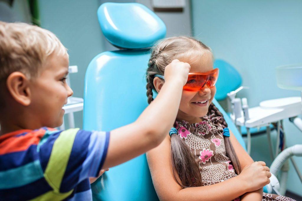 bambini che giocano e si divertono dal dentista