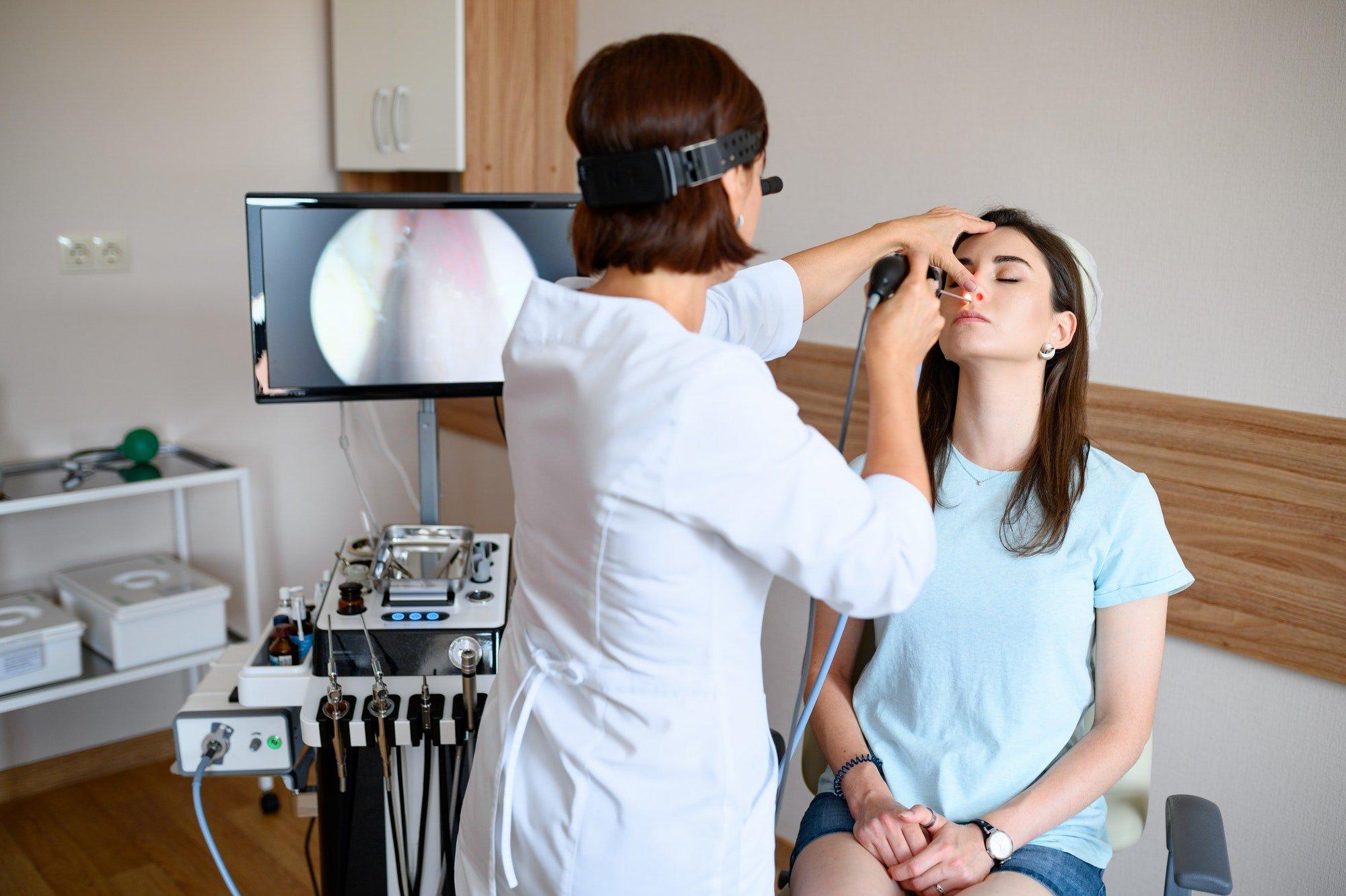 Otorinolaringoiatra esegue un'endoscopia su una paziente
