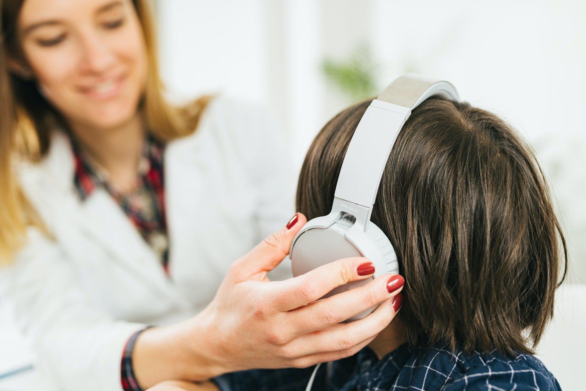 Otorinolaringoiatra durante un esame audiometrico