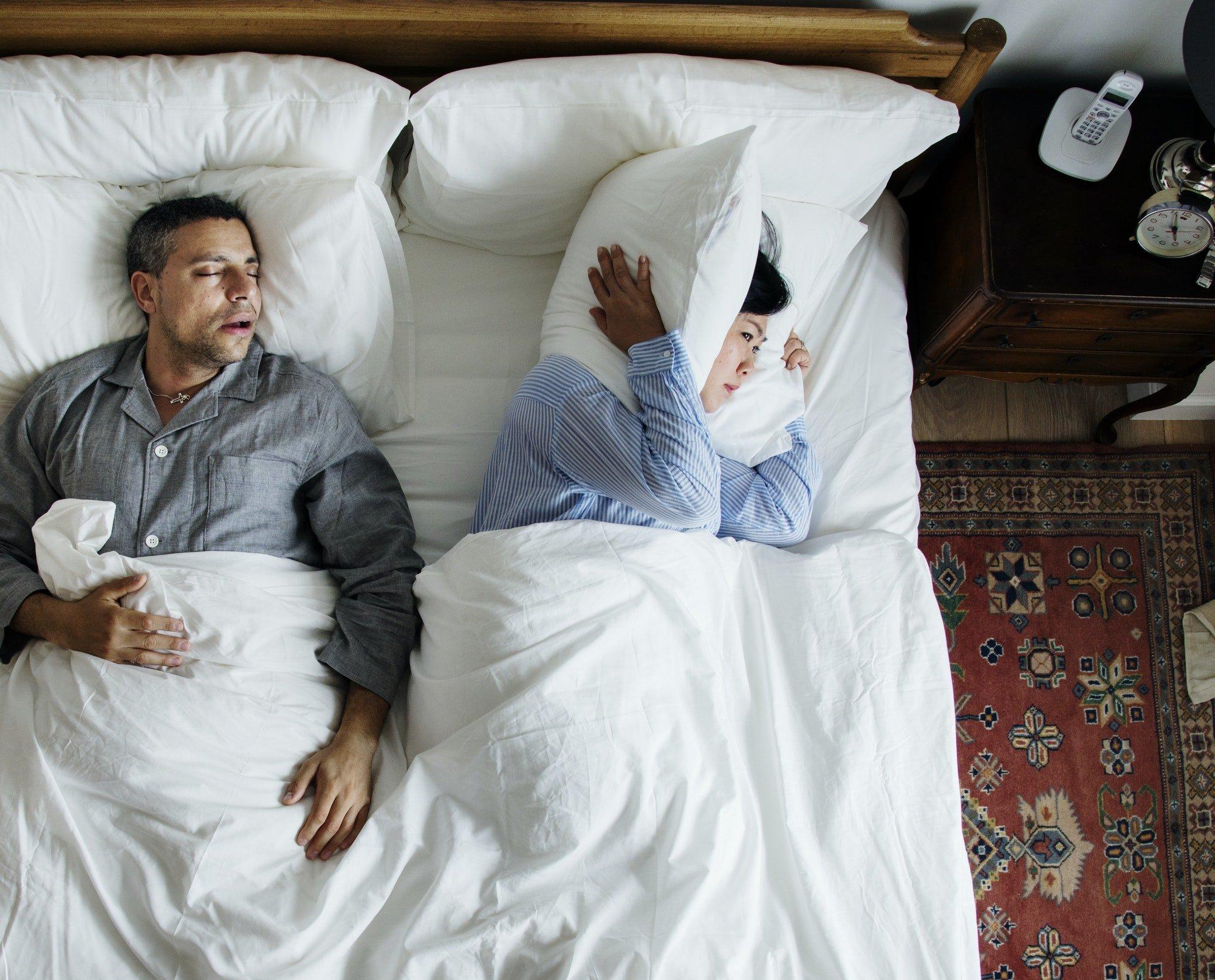 Marito con problemi di russamento disturba la moglie