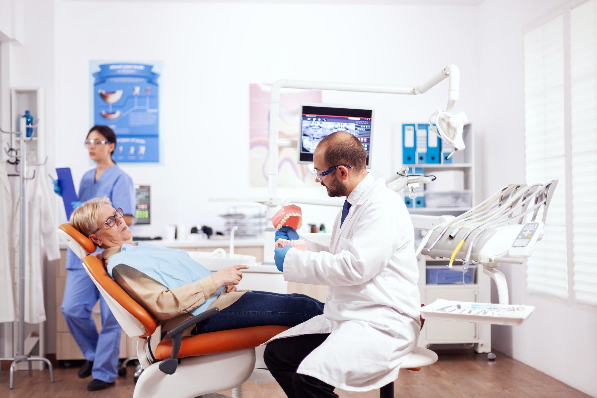 Signora si prepara insieme al dentista per un'intervento di rialzo del seno mascellare
