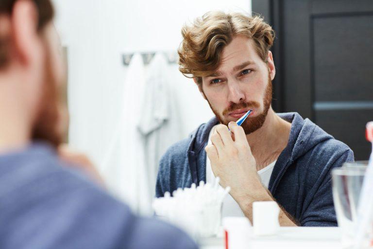 Ragazzo si lava i denti per rimuovere il tartaro